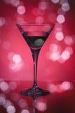 Copa con martini y las aceitunas Fotografía de archivo