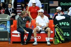 A Copa Davis 2018, Nis, treinador Jim Courier, jogador Sam Queerey Foto de Stock Royalty Free
