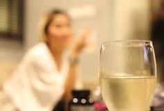 Copa de vino blanca con la pista del lápiz labial Imagen de archivo libre de regalías