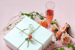 Copa de vino con el regalo adornado Imagenes de archivo