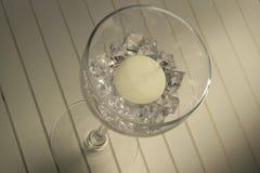 Copa de vino con el tealight y los diamantes foto de archivo libre de regalías