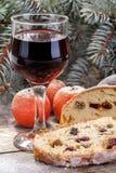 Copa de vino con la torta de la fruta Imagenes de archivo
