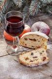 Copa de vino con la torta de la fruta Imagen de archivo libre de regalías