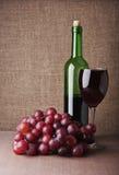 Copa de vino con la uva Imagen de archivo libre de regalías
