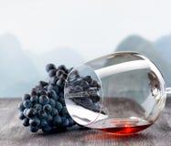 Copa de vino con la uva en la tabla de madera Fotos de archivo libres de regalías