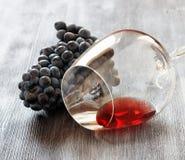 Copa de vino con la uva en la tabla de madera Imagen de archivo