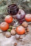 Copa de vino con las frutas y las nueces Fotos de archivo libres de regalías