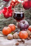 Copa de vino con las frutas y las nueces Fotografía de archivo