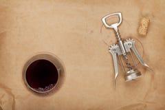 Copa de vino, corcho y sacacorchos con las manchas del vino rojo Fotos de archivo libres de regalías