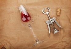 Copa de vino, corcho y sacacorchos con las manchas del vino rojo Imágenes de archivo libres de regalías