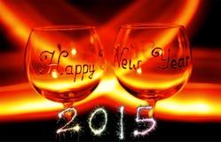 Copa de vino de la víspera del ` s de la Feliz Año Nuevo contra el fuego Fotografía de archivo