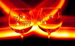 Copa de vino de la víspera del ` s de la Feliz Año Nuevo contra el fuego Imagenes de archivo