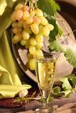 Copa de vino del vintage contra el manojo del fondo de uvas Imágenes de archivo libres de regalías