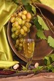 Copa de vino del vintage contra el racimo del fondo de uvas y de gallinero Fotografía de archivo libre de regalías