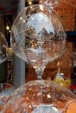 Copa de vino delante de un fondo anaranjado imagenes de archivo
