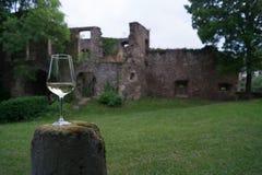Copa de vino delante de la pared vieja del castillo imágenes de archivo libres de regalías