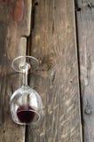 Copa de vino en el tablero de la mesa de madera rústico Imagen de archivo