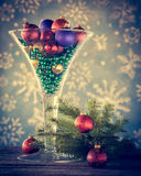 Copa de vino llenada de las chucherías del árbol de navidad Foto de archivo libre de regalías