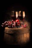 Copa de vino roja en barril de madera Fotos de archivo libres de regalías