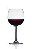 Copa de vino roja en el fondo blanco Imagenes de archivo