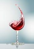 Copa de vino roja en fondo gris Fotografía de archivo