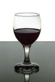 Copa de vino rojo en fondo blanco y negro imagen de archivo