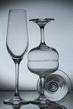 Copa de vino vacía en gris foto de archivo libre de regalías