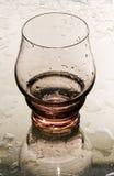 Copa de vino vacía en un espejo. imagen de archivo libre de regalías