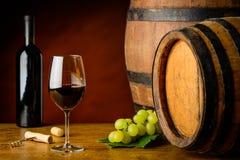 Copa de vino y botella de Cabernet Sauvignon Fotografía de archivo libre de regalías