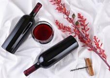 Copa de vino y botellas con las flores Fotos de archivo libres de regalías