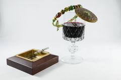 Copa de vino y cigarrillo Imagen de archivo libre de regalías