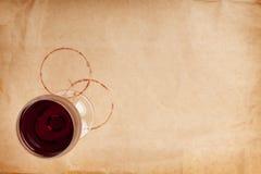 Copa de vino y manchas rojas Foto de archivo