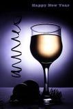 Copa del Año Nuevo con la bebida. Imagenes de archivo