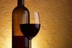 Copa y botella de vino rojo Foto de archivo