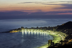 Copacabana海滩在晚上 免版税库存照片