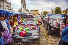 COPACABANA, БОЛИВИЯ - 3-ЬЕ ЯНВАРЯ: неопознанные автомобили вне b Стоковая Фотография
