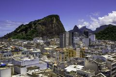Copacabana com Pedra a Dinamarca Gavea no fundo em Rio de Janei foto de stock