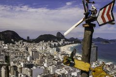 Copacabana em Rio de janeiro com Urca em um fundo fotografia de stock