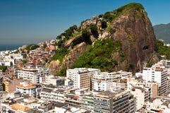 Copacabana och Favela Cantagalo i Rio de Janeiro Royaltyfri Bild
