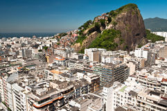 Copacabana och Favela Cantagalo i Rio de Janeiro Arkivbilder