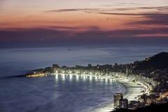 Copacabana strand på natten i Rio de Janeiro Royaltyfri Fotografi