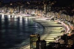 Copacabana strand på natten i Rio de Janeiro fotografering för bildbyråer