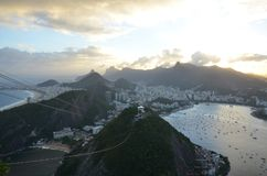 Copacabana strand, Rio de Janeiro, bergiga landforms, berg, landform, atmosfäriskt fenomen arkivbilder