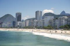 Copacabana strand Rio de Janeiro Brazil Skyline Arkivfoto