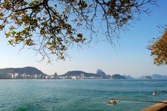 Copacabana Strand und Zuckerlaib stockbild