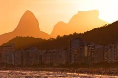 Copacabana strand vid solnedgång, Rio de Janeiro, Brasilien arkivfoto
