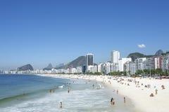 Copacabana strandkust Rio de Janeiro Brazil Skyline Arkivbild