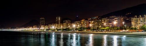Copacabana strandpanorama vid natt Arkivfoto