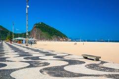 Copacabana und Leme mit Mosaik des Bürgersteigs in Rio de Janeiro Stockfotografie