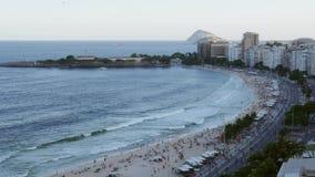 Copacabana wyrzucać na brzeg, Rio De Janeiro, Brazylia przeglądał z góry - 4K zbiory